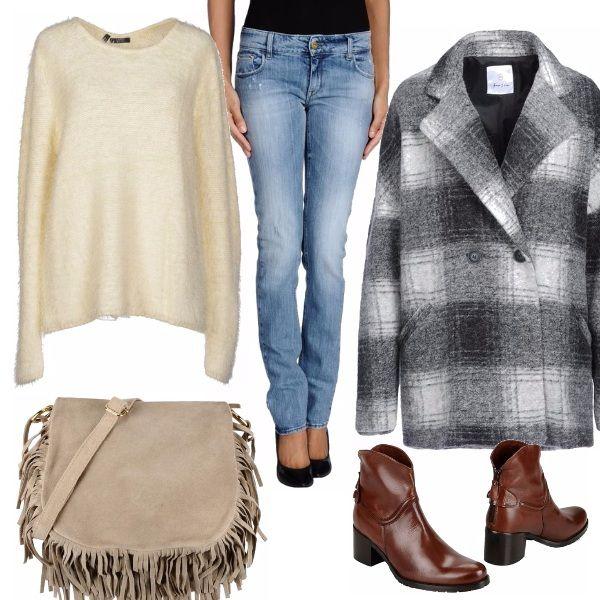 Maglia avvolgente sotto il morbido cappotto tartan. Il jeans slavato è un must per tutte le stagioni. Completa l'outfit lo stivaletto semilucido con tacco medio