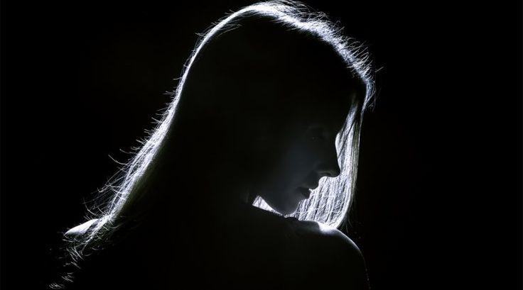 """A esta vida ciertamente le gusta empujarnos hasta nuestros límites, pero a veces, todo parece demasiado y caemos en un abismo negro de desesperación y desesperanza. Sentirse """"roto"""" no significa que simplemente debas abandonar por completo, sólo significa que necesitas dar un paso atrás y dejar que esos sentimientos salgan a la superficie. Todos nos sentimos rotos de vez en cuando, porque la vida puede parecer desgarradora y aterradora cuando pasamos por ciertas experiencias. Estas l..."""