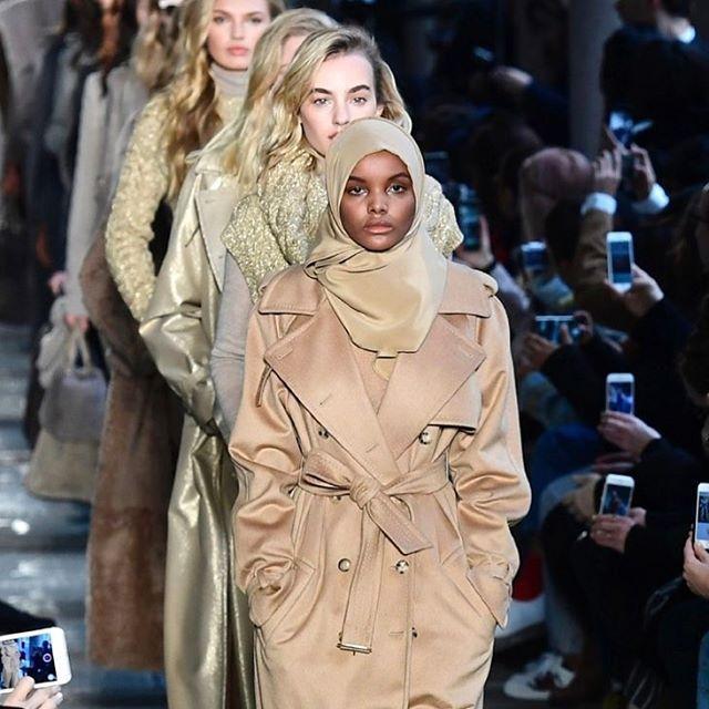 """Halima Aden è la modella star di questa Milano Fashion Week: ha sfilato da #Alberta Ferretti e #Maxmara indossando il suo #hijab e facendo impazzire i social. Di origine somala rifugiata negli Usa a 19 anni sfila e dice: """"Vorrei trasmettere il messaggio che tutto è possibile. Vedo la moda come strumento per combattere gli stereotipi"""". La pensa come lei anche #CarineRoitfeld che l'ha voluta sulla prossima copertina del suo magazine CR Fashion Book. Good luck Halima!  #MCinstanews #HalimaAden…"""