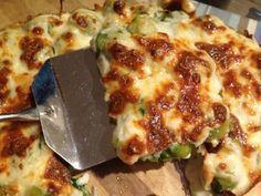 Fırında beşamel soslu Brüksel lahanası çok lezzetli ve pratik bir yemektir. Özellikle ızgara et ve tavukların yanına çok yakışan bu sağlıklı ve besleyici yemek tarifini çok seveceksiniz.
