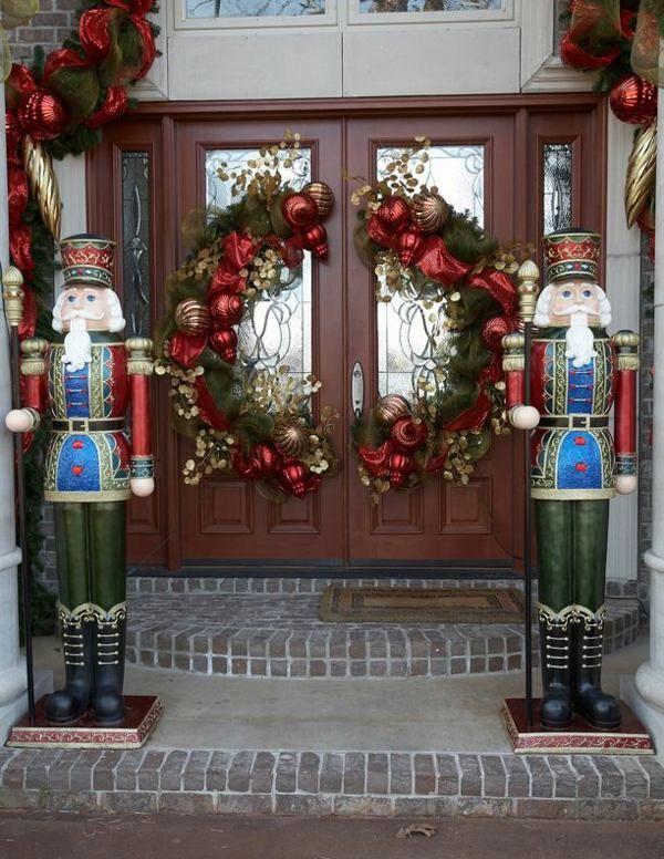 Haustür Weihnacht Dekoration rote Kugel goldene Akzente große Figuren