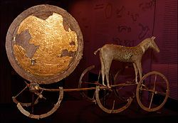 Un chef-d'oeuvre de l'âge du Bronze: char cultuel de Trundholm (Danemark 1400-1200 av J.C) représentant le disque d'or du Soleil tiré par un cheval (Copenhague, Musée national).-