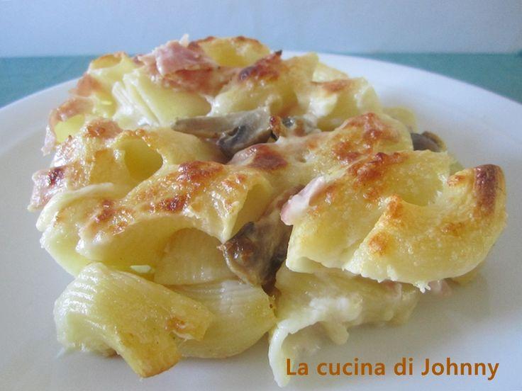 Una deliziosa Pasta al forno funghi prosciutto e mozzarella ricoperta di cremosa besciamella per un primo piatto da provate, veramente gustoso e saporito