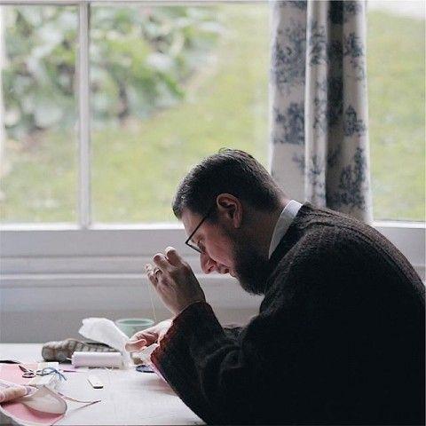 """Merci_x Tom of Holland from mercishopparis on Vimeo. Tom of Holland, tricoteur et raccommodeur passé maître en """"visible mending"""", réparation visible, viendra s'installer avec ses aiguilles, ses crochets et ses laines pendant quelques jours. Il travaille et raccommode tout objet tricoté, donnant ainsi une deuxième vie au produit, prolongeant ainsi son histoire. Tom of Holland maitrise l'art de rendre le vieux et l'imparfait beau et unique."""