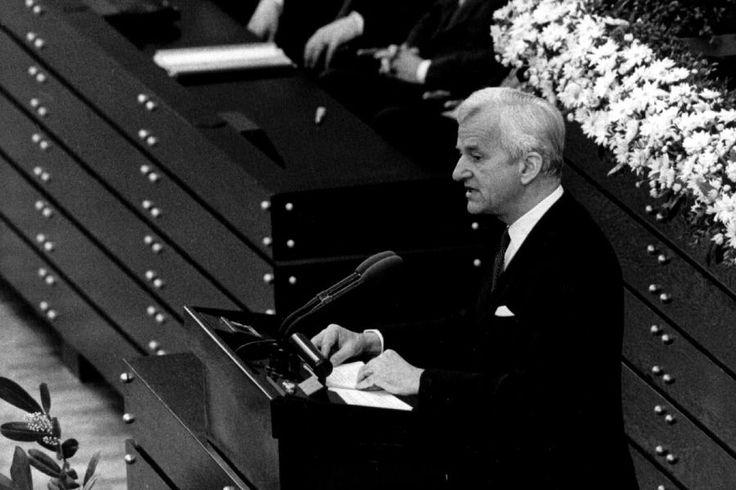Aus der Amtszeit von Weizsäckers ist vor allem eine Rede in Erinnerung: Am 40. Jahrestag des Endes des Zweiten Weltkrieges sprach er im Bundestag – und fand Worte, die sich ins Gedächtnis brannten.