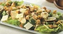 Tid: Ca. 20 min.Ca. 3 kogte, stegte ellergrillede kyllingefileter3-4 skiver italiensk brød i terningerOlivenolieHvidløgRomainesalatCa. 100 g parmesan