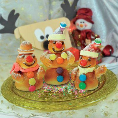 Χριστουγεννιάτικα Τσουρεκάκια Χιονάνθρωποι    Υλικά Συνταγής:  650 γραμμ. Αλεύρι Για Όλες τις Χρήσεις, 200 γρ.γάλα χλιαρό,  120 γρ. φρέσκο βούτυρο, 3 φακελάκια Μαγιά Στιγμής, 2 αβγά, 220 γρ.ζάχαρη,  1 πρέζα αλάτι Καρυκεύματα: μαχλέπι, βανίλια, ξύσμα πορτοκαλιού,  κακουλέ. Κουβερτούρα Πλάκα, Κουβερτούρα σε