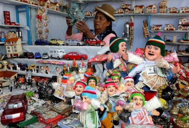 Боливийцы скупают миниатюрные дома и машины на фестивале изобилия http://joinfo.ua/curious/1195424_Boliviytsi-skupayut-miniatyurnie-doma-mashini.html  Боливийцы отмечают традиционный аймарский праздник изобилия, свято веря что, несмотря бедственное положение в стране, уже в новом году Экеко (бог изобилия) пошлет им реальные блага.Боливийцы скупают миниатюрные дома и машины на фестивале изобилия, читать далее...