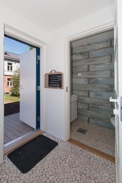 Saunan wc ja varaustaulu. Terassille pääsee vilvoittelemaan. Lattialla luonnonkivilaatta.