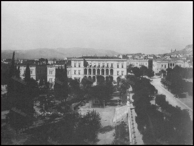 https://flic.kr/p/22JK4Fj   Το Μέγαρο Αντώνη Δημητρίου στην πλατεία Συντάγματος, έπειτα ξενοδοχείο της Μεγάλης Βρετανίας. Αρχιτέκτων Θεόφιλος Χάνσεν, 1843. (Φωτογραφία συλλογής Ξενοδοχείου Μεγάλη Βρετανία).