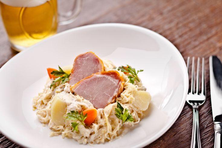 """A receita alemã de hoje é chucrute bavaria com lombo defumado e batatas o que significa """"bayrisches Sauerkraut mit Kassler und Kartoffeln"""" em alemão. Muito servido nos almoços de famíl…"""