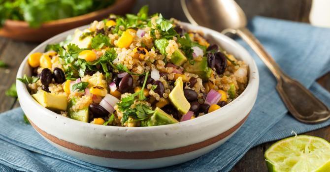 Recette de Salade mexicaine de quinoa à l'avocat, haricots noirs et maïs. Facile et rapide à réaliser, goûteuse et diététique.