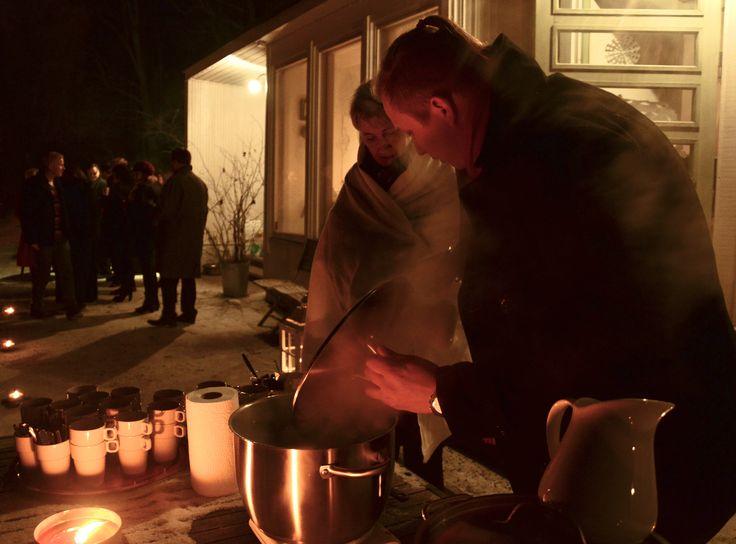 Juhlavan Chillailuillallisen alkupalakeitto nautittiin lumisella kynttilävalaistulla kuistilla.