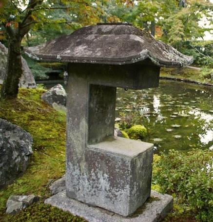 New eBook ($1.95) about Japanese stone  lanterns! Kimono-sleeve lantern - Sode-gata tōrō (袖形燈籠) or Alligator's mouth lantern - Wanikuchi dōrō (鰐口燈籠) in the garden of Shūgaku-in Rikyū (修学院離宮)in Kyoto. Click here for details: http://www.japanesegardens.jp/gardens/famous/000049.php