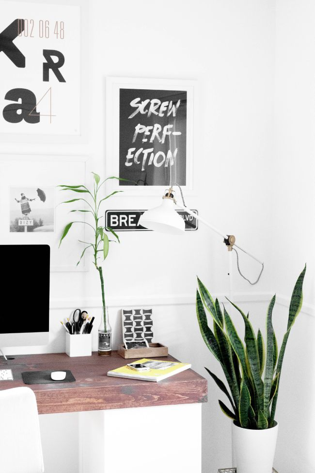 #Office in #white and #wood #colours with #plants // #Büro in #Weiß und #Holzfarben mit #Pflanzen