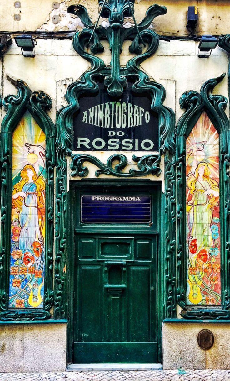 Lisboa, Portugal. Animatógrafo do Rossio, Rua dos Sapateiros, 225-229. Inserido no piso térreo de um austero edifício do final de Setecentos, abriu ao público em 8 de Dezembro de 1907. O Animatógrafo possui uma das raríssimas fachadas de cinema concebidas em Arte Nova, riscada por autor anónimo.