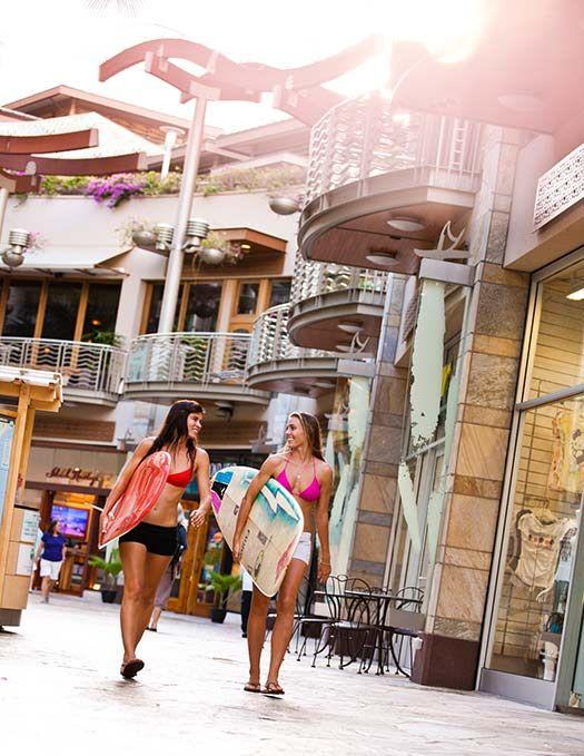 Surfers stroll a Hawaiian street (Image: Hawaii Tourism Authority (HTA)/Tor Johnson)