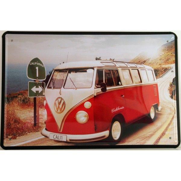 Cartel vintage motivo Van California. Chapa metálica decorativa de pared. Furgo Van Rojo-coral ambientada en la playa.