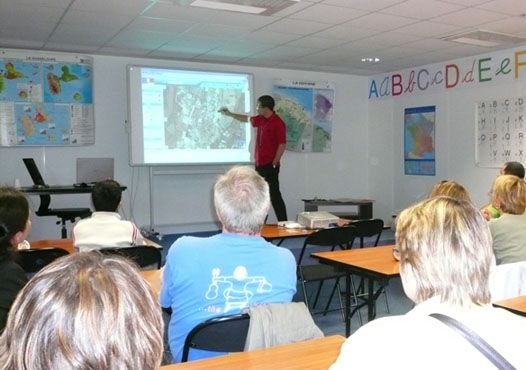 TBI, cours collectifs et exercices interactifs http://www.cndp.fr/agence-usages-tice/que-dit-la-recherche/tbi-cours-collectifs-et-exercices-interactifs-16.htm