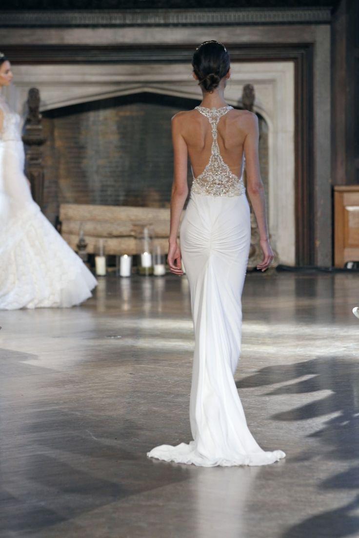 I vestiti da sposa con scollo sulla schiena, eleganti e moderni, si adattano ad ogni tipo di stile: romantico, chic, intrigante, sensuale. E tu se pronta ad osare?