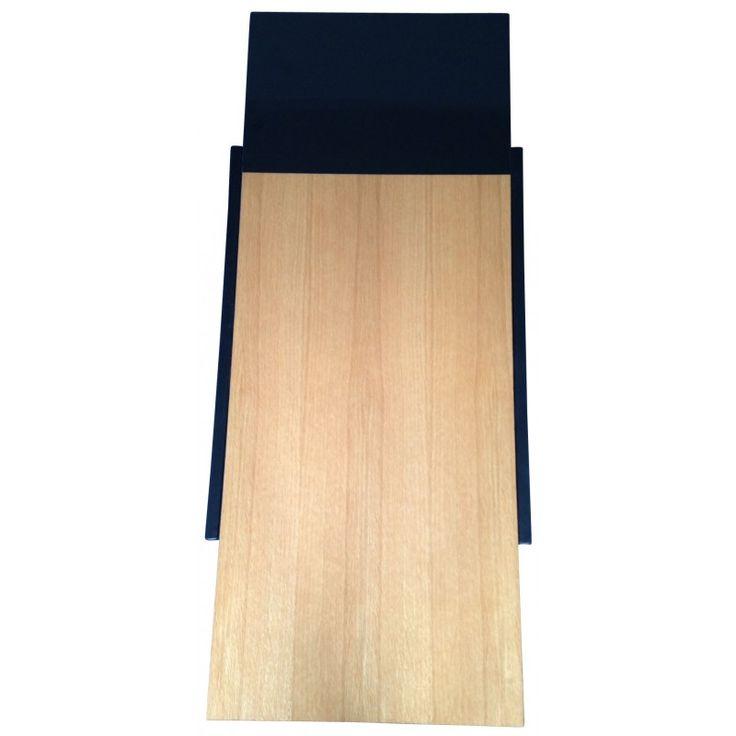<p>Table basse par André SIMARD datant des années 50. Composée d'un plateau en bois verni terminé par une extrémité stratifiée noire et piétement métal laqué noir.</p>