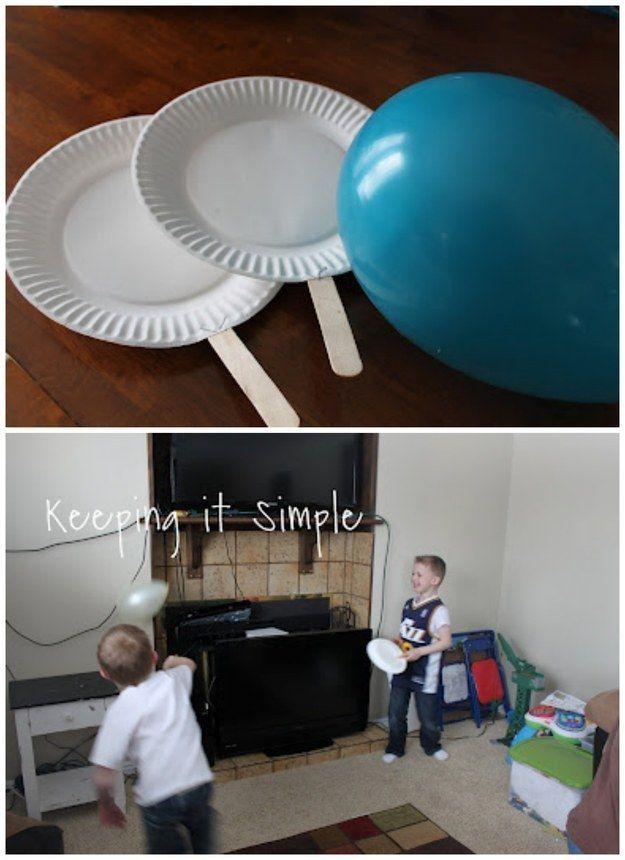 Pratos de papel, palitos de picolé, e um balão são tudo que você precisa para brincar de Pingue Pongue de Balão. | 33 atividades baratas que manterão seus filhos ocupados por muito tempo