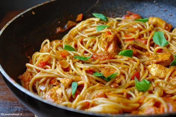 Pittige pasta met romige knoflooksaus en kip: Ingrediënten:4 personen 300 gram spaghetti of andere pasta 2 kipfilets, in blokjes 1 theelepel knoflookpoeder ½ t