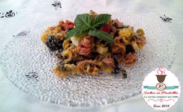 In collaborazione con Italian Taste, vi propongo una gustosa Insalata fredda di pasta con verdure salame e formaggio. Facile e veloce da preparare, potete tranquillamente prepararla in anticipo e portarla anche al mare.
