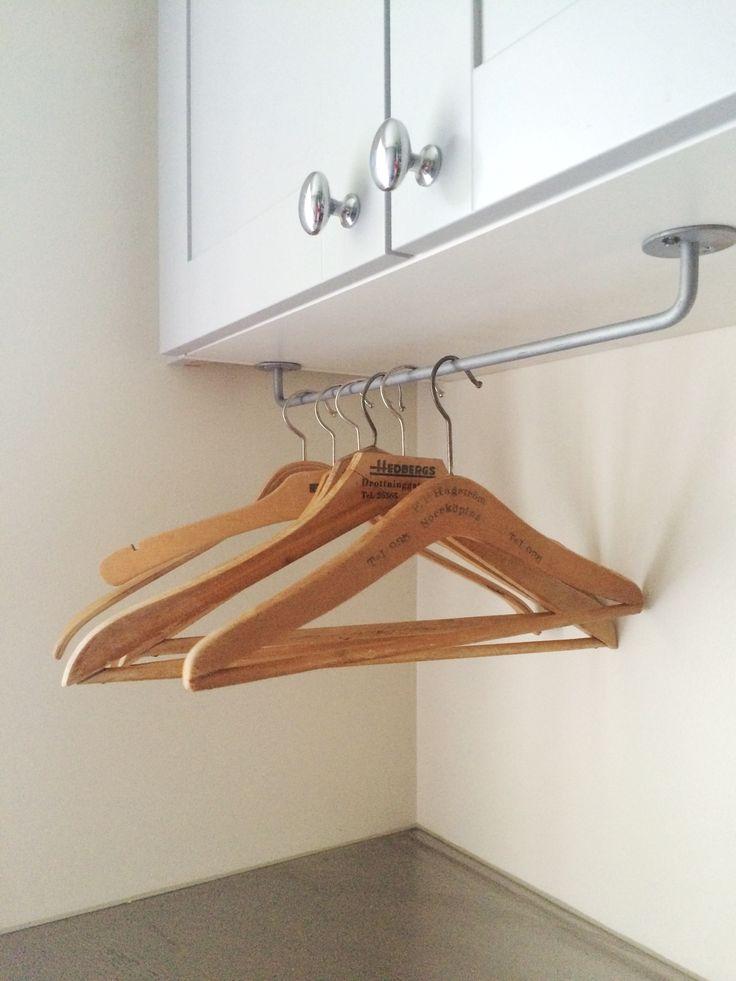 Här hänger galgarna, redo för att användas till den rena tvätten.