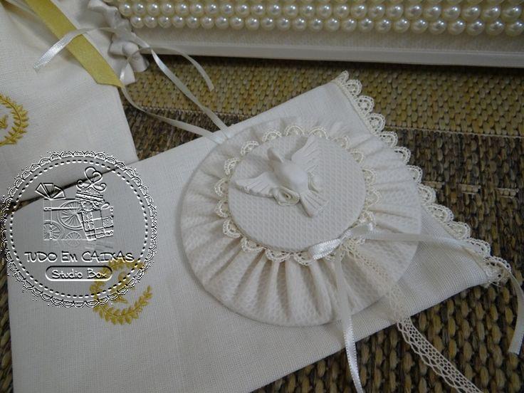 Aline escolheu para as 40 famílias convidadas para seu Casamento, uma lembrança lindíssima...Medalhão de Cabeceira confeccionado em piquet e renda gripir, embalados em linho 100%, com monogr ...