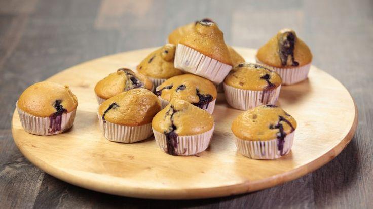 Ricetta Muffins ai mirtilli senza burro: I muffins ai mirtilli sono una vera icona della pasticceria americana. Diffusissimi, sono forse tra le varianti di muffins più conosciute e apprezzate.  In questo caso abbiamo provato a realizzarli omettendo il burro per renderli ancora più leggeri per poterne gustare di più senza alcun rimorso.