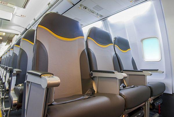 Condor hat mit der Umrüstung ihrer Boeing 757-300-Maschinen begonnen. Das teilte die Airline mit. Bei zwei Maschinen sei der Umbau bereits abgeschlossen, bis zum Frühjahr 2015 sollen die restlichen elf Boeing 757 mit der neuen Kabine ausgerüstet sein. Damit wäre die gesamte Condor-Flotte umgebaut.  See more at: www.airliners.de/neue-kabine-condor-umbau-boeing-575/34426
