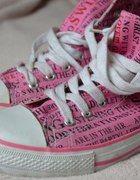 Różowe trampki z napisami   Cena: 12,00 zł  #conversy #butytrampki #uzywanetrampki