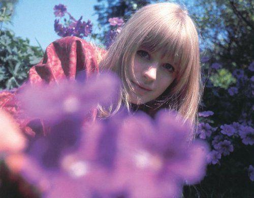 1946年生まれの イギリスの歌手・女優さんです♡|MERY [メリー]