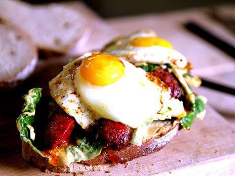 Surdegsmacka med ägg och chorizo | Recept från Köket.se