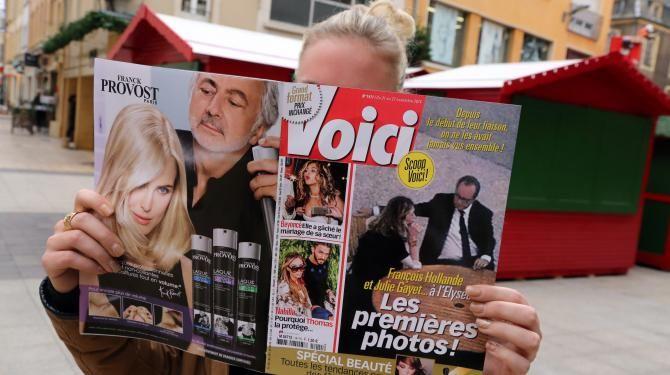 France. Une lectrice découvre le numéro de Voici où sont publiées des photos de Julie Gayet et François Hollande, le 21 novembre 2014 à Thionville (Moselle). | MAXPPP
