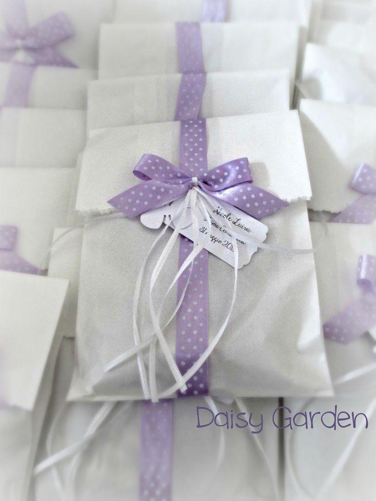 Daisy Garden: Pacchetti di carta con nastro a pois per le bomboniere della comunione