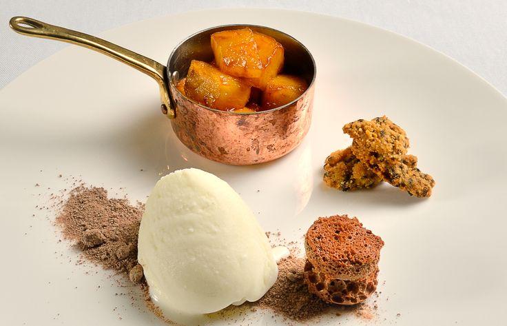 Ananas Flambè con gelato al pecorino, un piatto sfizioso che è possibile gustare al ristorante il Palazzo .