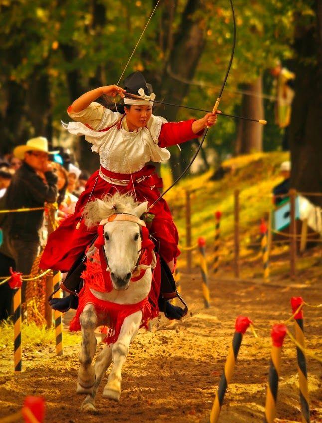 女流騎士の勇壮な姿。青森県十和田市で開催された「桜流鏑馬(さくらやぶさめ)」の光景   ADB