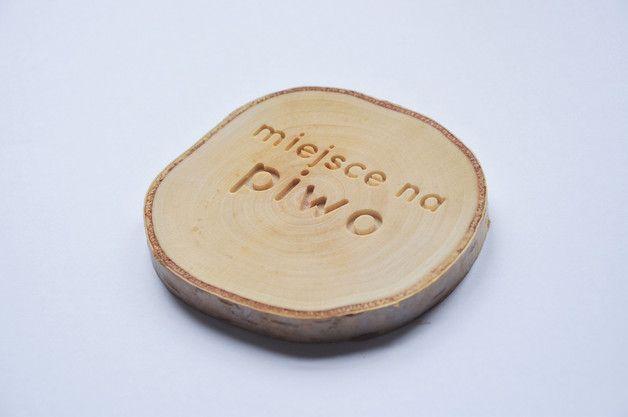 Podkładki pod kubek wykonane z plastrów litego drewna brzozy, ozdobione wyfrezowanymi ciekawymi sentencjami to oryginalny dodatek do codziennych, nawet tych najbardziej oczywistych czynności....