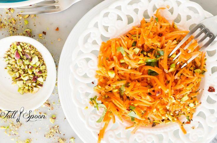 МОРКОВНЫЙ САЛАТ🌱🥕  Знакомый с детства вкус морковки со сметаной и изюмом, конечно, вспоминается, но немного отдаленно. Поскольку сметана заменена сырыми растительными ингредиентами, салат получается на 100% полезным и здоровым.   Итак, на две порции салата нам понадобится:   Морковь 350 гр, Изюм 35 гр, несколько веточек петрушки.   Для соуса возьмем: Урбеч кунжутный (тахини) 35 гр, Масло оливковое Extra Virgin 35 гр, Имбирь свежий 3 гр, Чеснок 1 долька, Соевый соус/вода 26 гр, Лимон/лайм…
