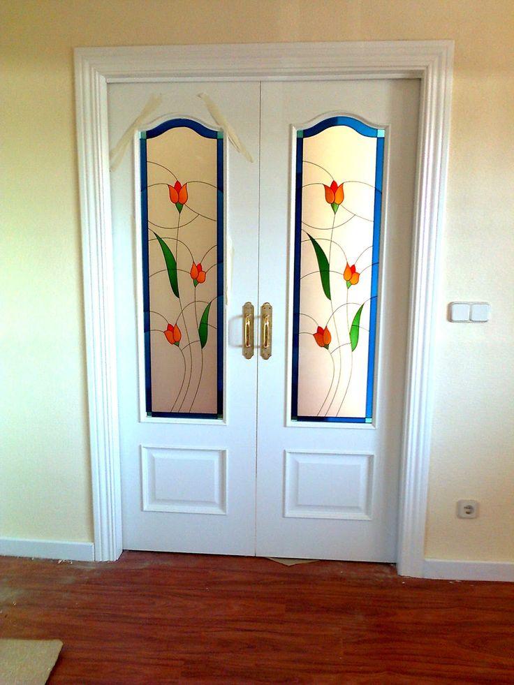 Preciosa combinaci n de puertas lacadas con vidrios de colores y tarima en color cerezo - Vidrio para puerta ...
