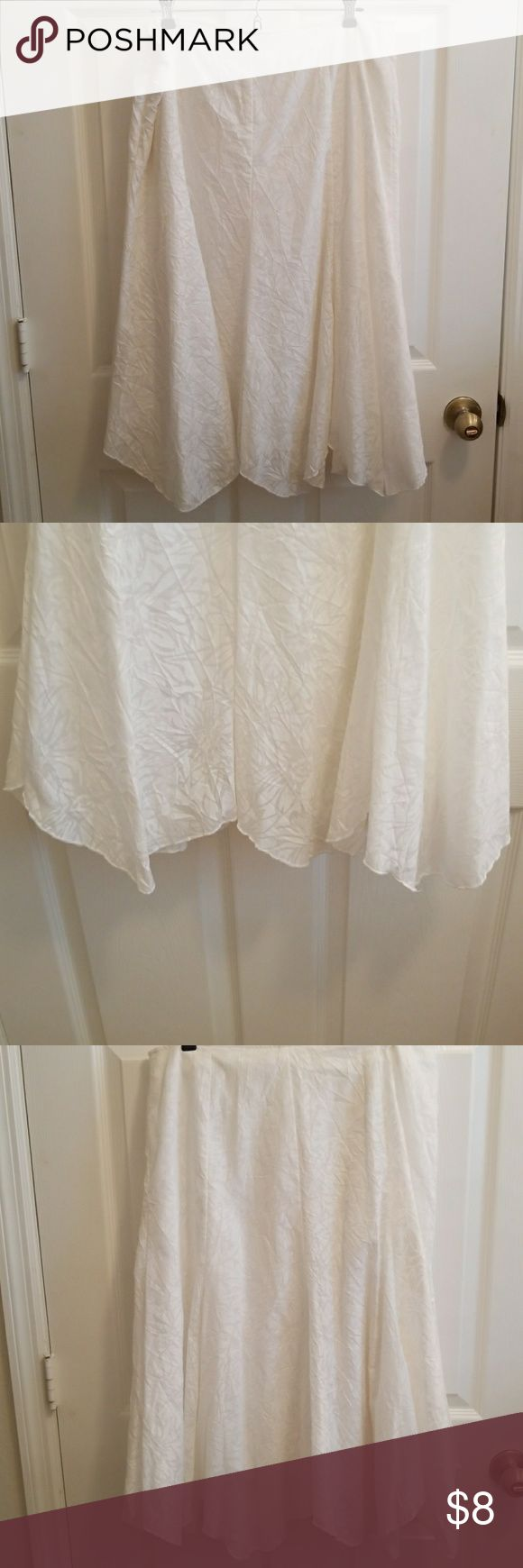 Very nice white skirts cute material and sprints This skirts is great for the summer time the tag is cut off so please look at the pictures with the measurements? The skirts is used but still in good condition no flow. No Brand Skirts Maxi