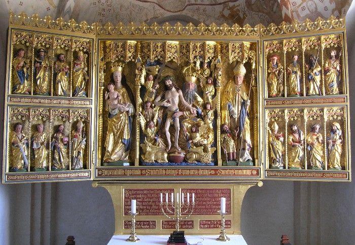 """Hald Kirke. Billedet fra """"Danmarks middelalderlige altertavler"""" (ved Sissel F. Plathe og Jens Bruun), et uudtømmeligt skatkammer! Den senmiddelalderlige altertavle står på en sokkel med efter-reformatorisk indskrift: Maria hörer eÿ vor Bön / vi kun tilbede hendes Sön""""; """"Den usÿnlig Gud vi ære / Billeder vi kand undvære"""", """"St. Mortens Billede her maa staa / Apostles Ord vi bÿgge paa"""""""