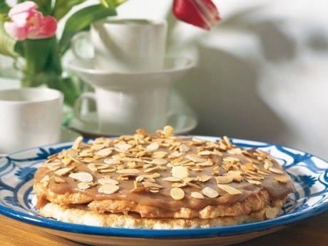 Recept på en supertårta, säger de flesta som smakat den. Den blir en ganska platt tårta som ändå räcker till många då det bara behövs en smal tårtbit till varje person.