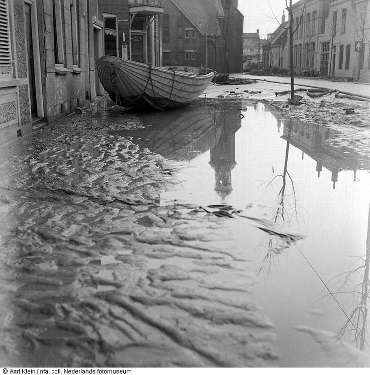Stavenisse, drie weken na de watersnoodramp (1953)  Maker:  Fotograaf:   Aart Klein