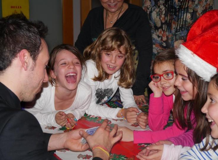 Aniversario infantil celebrado en un ambiente familiar, perfecto para realizar magia de proximidad, la rama del ilusionismo que mejor funciona con los niños, trementamente emocionales y cercanos ;) www.tumago.com