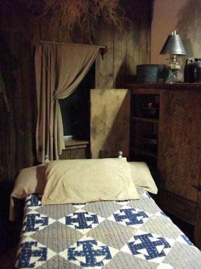 primitive bedroom. Prim Bedroom with old quilt on the bed and prim curtains  92 best PRIMITIVE BEDROOMS images Pinterest Candies Cottage
