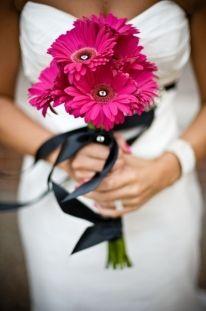 Simple wedding bouquet but… sooooo elegant and gorgeous!!! <3