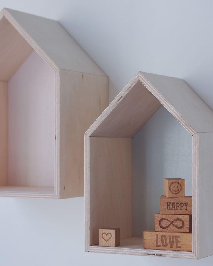 Ręcznie wykonane półki-domki w skandynawskim stylu. Piękne i ekologiczne. Zestaw dwóch półek w pastelowych kolorach do postawienia lub powieszenia może być praktyczna ozdobą pokoju dziecięcego, przedpokoju, salonu czy sypialni. Półeczki mogą posłużyć do wyeksponowania kasztanowych ludzików, kamyków z plaży czy bibelotów. A może zawisną w sypialni obok łóżka zamiast nocnego stolika jako miejsce na ulubioną lekturę? 100% hand made in Poland. Wymiary XL: (szer./wys./głęb.): 34/36/16 cm Wymiary…